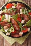 油煎的烟肉、蕃茄、油煎方型小面包片和莴苣特写镜头沙拉在a 免版税库存图片