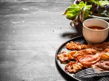 油煎的烟肉用调味汁和绿色 图库摄影