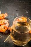油煎的烤虾大虾用白葡萄酒 免版税图库摄影