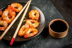 油煎的烤虾大虾用酱油 免版税库存照片