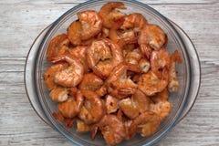 油煎的烤虾顶视图在玻璃碗的在灰色木背景 免版税库存图片