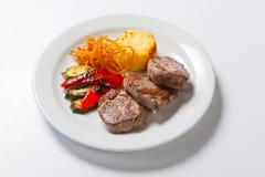 油煎的牛排用土豆、胡椒和夏南瓜 库存图片