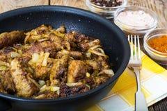 油煎的牛肉肝脏用葱、咖喱和香料 库存图片
