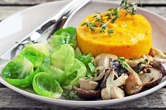 油煎的狂放的蘑菇用南瓜纯汁浓汤和抱子甘蓝 图库摄影