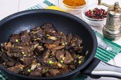 油煎的狂放的蘑菇用在平底锅的葱 免版税库存照片