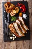 油煎的猪排用大蒜和辣椒和被烘烤的土豆 免版税库存照片