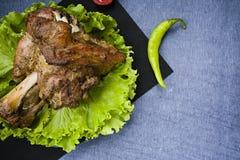 油煎的猪肉小腿用沙拉 库存照片