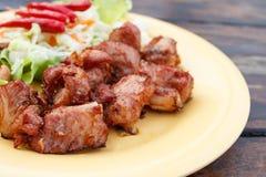 油煎的猪肉排骨用大蒜 免版税库存图片