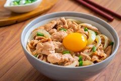 油煎的猪肉用鸡蛋和米在碗 日本食物, Donburi 库存照片