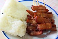 油煎的猪肉用黏米饭。 图库摄影