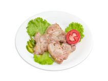 油煎的猪肉脖子、莴苣、辣椒和蕃茄在白色盘 免版税库存照片