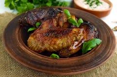 油煎的翼低头,在蜂蜜釉的鸡在黏土碗 免版税图库摄影