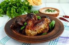 油煎的翼低头,在蜂蜜釉的鸡在黏土碗 库存照片