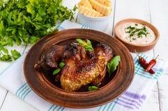 油煎的翼低头,在蜂蜜釉的鸡在黏土碗 免版税库存图片