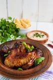 油煎的翼低头,在蜂蜜釉的鸡在黏土碗 免版税库存照片