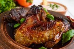 油煎的翼低头,在蜂蜜釉的鸡在轻的背景的黏土碗 库存图片