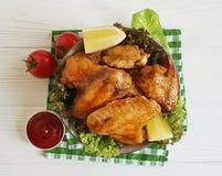 油煎的翼柠檬,烹调在一个木格栅烤了背景热的开胃菜 免版税库存照片