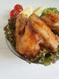 油煎的翼柠檬,烹调被烘烤的营养可口在一道木烤背景热的开胃菜 库存图片
