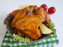 油煎的翼,烹调在一个木格栅烤了背景热的开胃菜 免版税库存照片