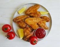 油煎的翼,烹调在一道木背景开胃菜 免版税库存图片