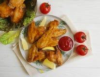 油煎的翼,烹调在一道木背景热的开胃菜 图库摄影