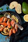 油煎的老虎虾用大蒜和柠檬在铸铁f调味 库存图片