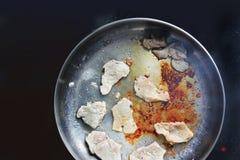 油煎的肉平底锅 猪肉 肉 肉油煎 电子牌照 烹调 厨房 鲜美食物 免版税库存图片