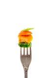 油煎的肉片断与菜的在白色背景垂直的一把叉子 图库摄影