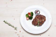 油煎的肉牛排盘  免版税库存图片