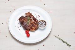 油煎的肉牛排盘  免版税图库摄影