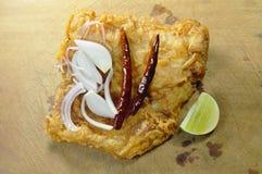 油煎的腌制鱼用切片青葱和辣椒涂鸡蛋在切板 免版税库存图片