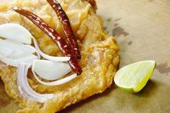 油煎的腌制鱼用切片青葱和辣椒涂鸡蛋 免版税库存照片