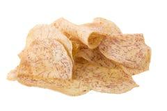油煎的芋头切片浸洗入在白色backgro隔绝的焦糖 免版税图库摄影