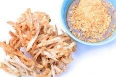 油煎的芋头芯片和调味汁,开胃菜,素食节日 图库摄影