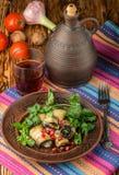 油煎的茄子劳斯与乳酪、大蒜、香菜和石榴种子的 免版税库存照片