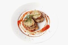 油煎的茄子炸肉排用西红柿酱 健康素食者食谱 顶视图 查出在白色 免版税库存图片