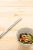 油煎的茄子用在木桌背景的辣椒 免版税库存照片