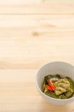 油煎的茄子用在木桌背景的辣椒 库存照片