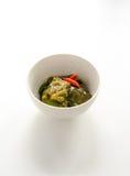 油煎的茄子用在白色背景的辣椒 免版税库存照片