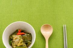 油煎的茄子用在绿色桌布背景的辣椒 库存图片