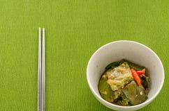 油煎的茄子用在绿色桌布背景的辣椒 免版税库存照片