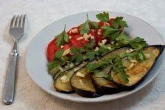 油煎的茄子用蕃茄、大蒜和草本,鲜美和健康食物 图库摄影