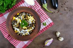 油煎的茄子,煮沸的鸡蛋,在碗的用卤汁泡的葱辣沙拉  图库摄影