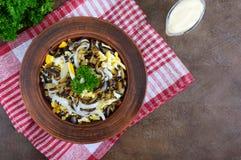 油煎的茄子,煮沸的鸡蛋,在碗的用卤汁泡的葱辣沙拉  免版税库存照片