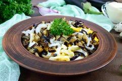 油煎的茄子,煮沸的鸡蛋,在碗的用卤汁泡的葱辣沙拉  库存照片