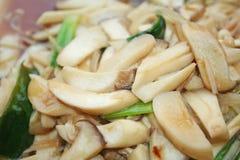 油煎的草菇用牡蛎调味汁 库存图片