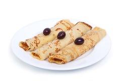 油煎的薄煎饼甜点心与浆果山茱萸的 库存照片