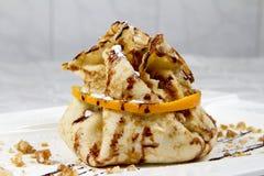 油煎的薄煎饼用桔子和坚果 免版税库存照片
