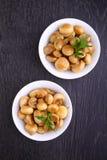 油煎的蘑菇(蘑菇)用卤汁 免版税库存照片