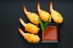 油煎的虾开胃快餐 日本饺子用大虾,在黑背景的顶视图 免版税库存图片